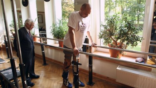 Darek Fidyka learns to walk again following OEC transplantation. Image BBC News.